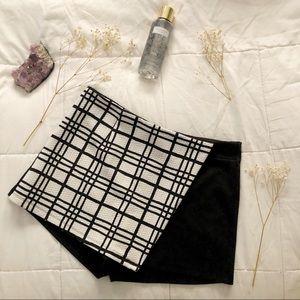"""Papaya black and white shorts/skirt """"skort"""" size:L"""